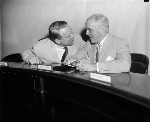 Председатель Комиссии по расследованию антиамериканской деятельности Мартин Дайс и представитель штата Нью-Джерси Джон Томас, 1939