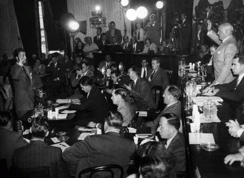 Роберт Тейлор присягает перед Комиссией по расследованию антиамериканской деятельности, 1947