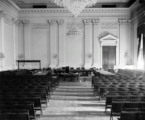 Зал в Старом здании Палаты представителей (сейчас Cannon House Office Building). Здесь прошли одни из самых громких заседаний Комиссии по расследованию антиамериканской деятельности