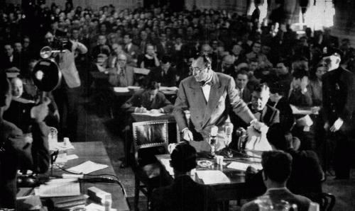 Херберт Биберман покидает зал после допроса в Комиссии по расследованию антиамериканской деятельности, 1947