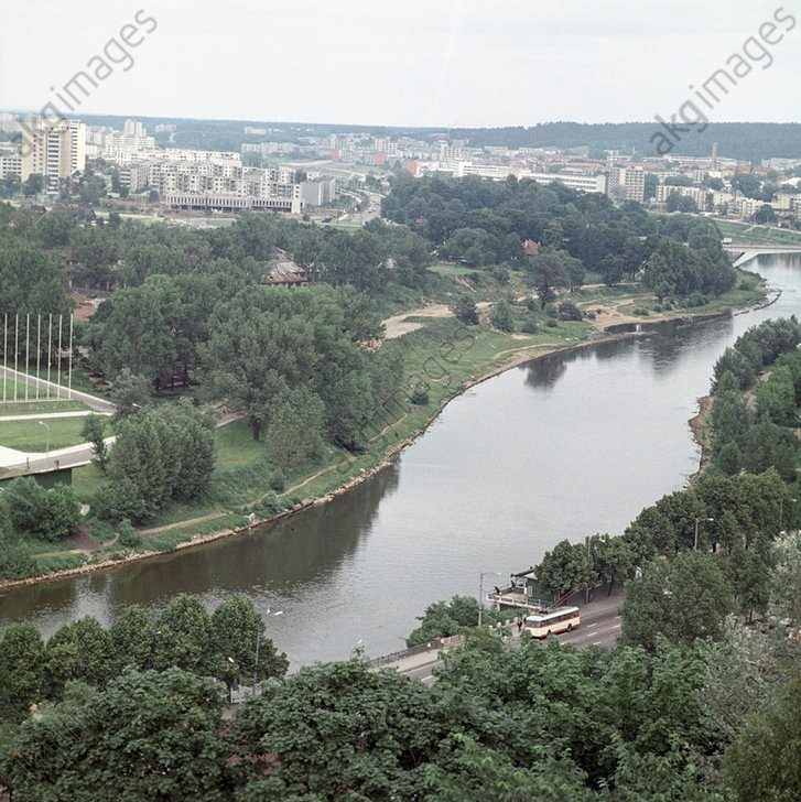 5-8. Слегка холмистая местность плавно спускается к реке. Все старые перелески и сады сохранены, как парки. 1972 год.