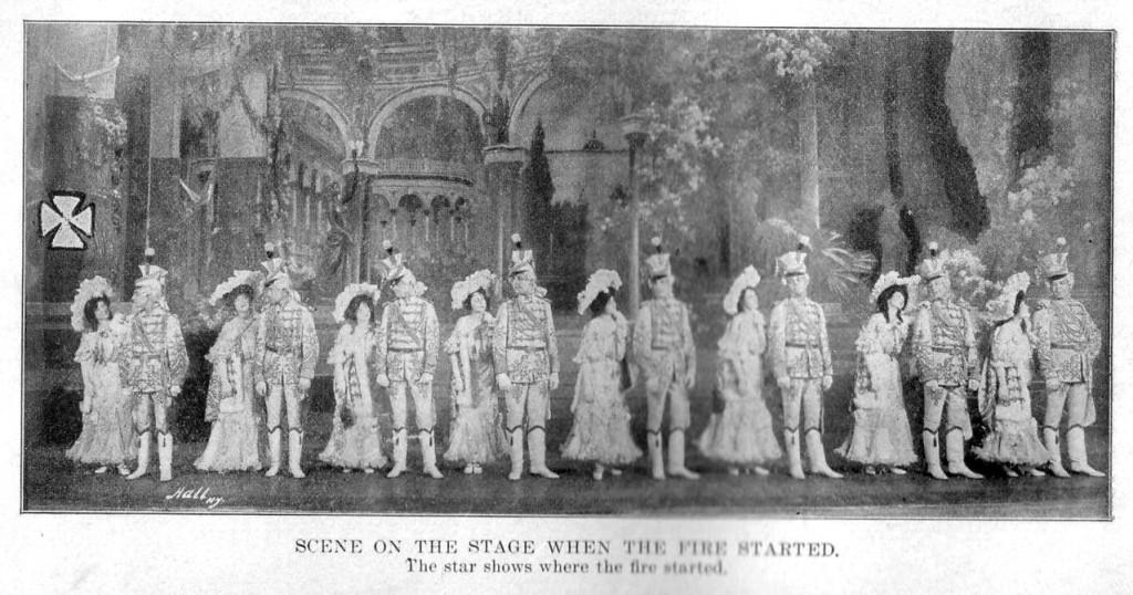 Артисты на сцене за несколько минут до пожара. Крестом слева обозначено место возгорания.