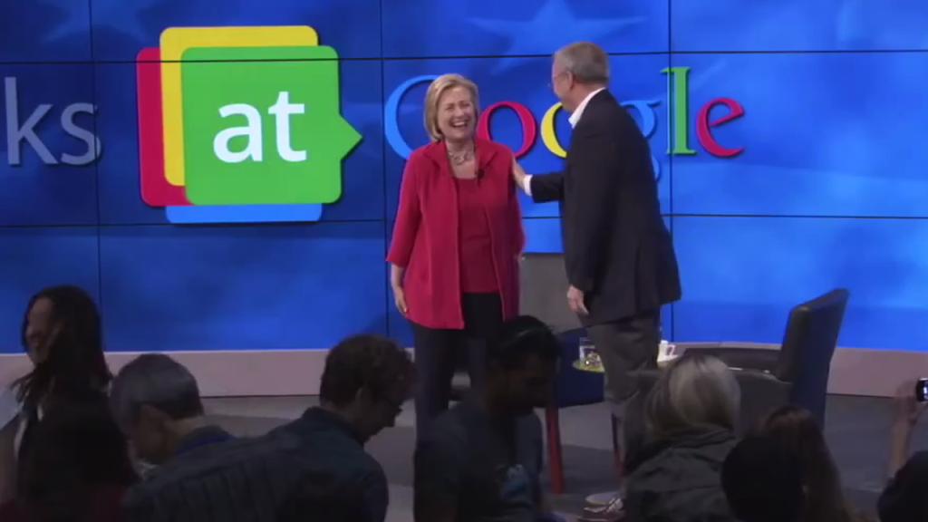 Председатель совета директоров Google Эрик Шмидт делится шуткой с Хиллари Клинтон в ходе «непринужденной беседы» – специальной встречи с сотрудниками компании в главном офисе в Маунтин-Вью, Калифорния, 21 июля 2014 года