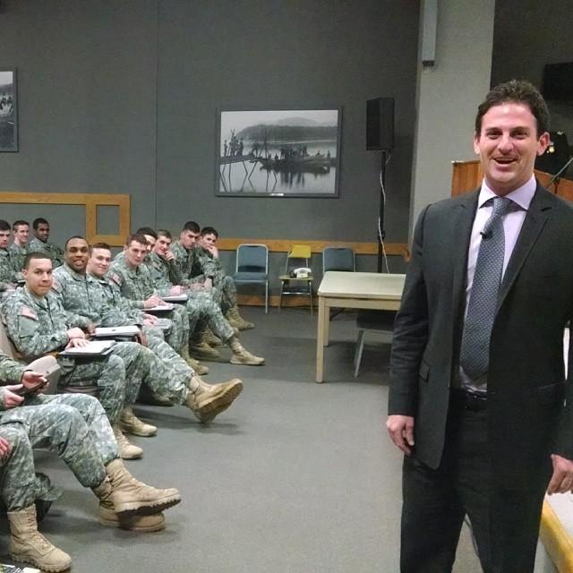 Директор Google Ideas Джаред Коэн делится своим видением геополитики с новобранцами армии США в лектории военной академии Вест-Поинт (West Point Military Academy), 26 февраля 2014 года