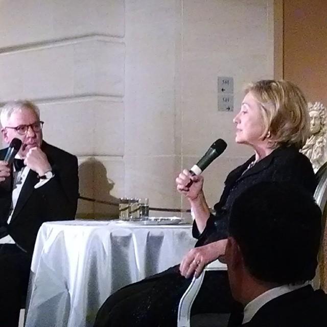 Хиллари Клинтон и Девид Рубинштейн (David Rubinstein) участвуют в памятном мероприятии, посвященном Ричарду Холбруку, 5 декабря 2013, фото из инстаграма Эрика Шмидта