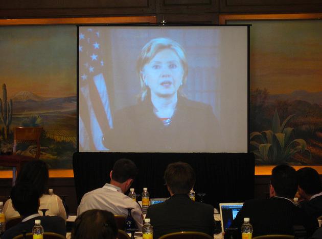 Госсекретарь Хиллари Клинтон обращается к делегатам ежегодного саммита «Альянса молодежных движений» в Мехико, 2009 год