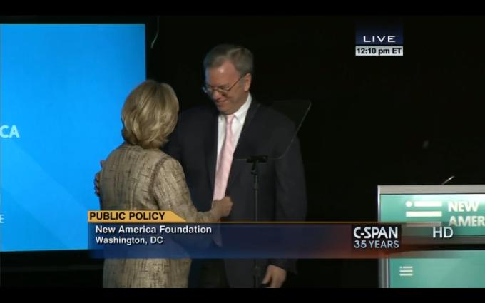 Эрик Шмидт представляет Хиллари Клинтон в качестве основного докладчика на конференции «Большие идеи для Новой Америки» (Big Ideas for a New America), проводимой New America Foundation, в которой Шмидт председательствует и является крупнейшим спонсором, 16 мая 2014 года