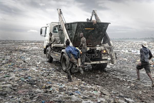Жизнь на свалке в Мапуту, Мозамбик. На роль такой же свалки (и плантации-рудника) мировой рынок обрёк Гану, о чём не упоминается в третирующей её книге Хантингтона