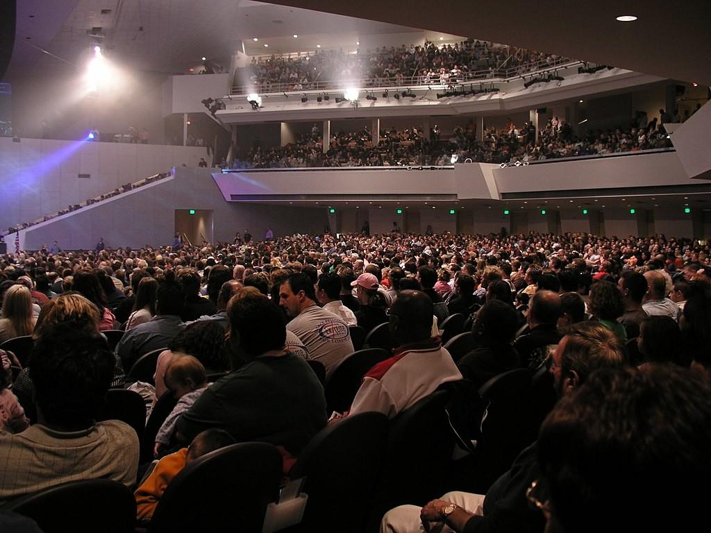 Воскресное богослужение церкви Ассамблей Бога в Финиксе еженедельно посещают 12 тыс. человек