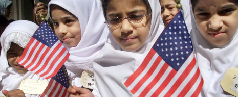 """""""Что мы знаем о 3,5 млн американских мусульман в США, кроме того, что они смертельно угрожают 340 млн американской нации, как нас заверяют ультраправые? Между прочим, мы знаем что число перестающих быть мусульманами равно числу новообращённых. Интересно, не правда ли?"""" Также приведены неочевидные факты о мусульманах в Европе."""