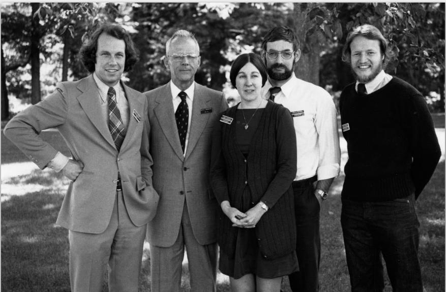 Джей Форрестер (второй слева) и его аспиранты, создатели модели World-3: Донелла Медоуз, Денниc Медоуз, Йорген Рандерс (крайний справа) и Уильям Беренс (крайний слева)