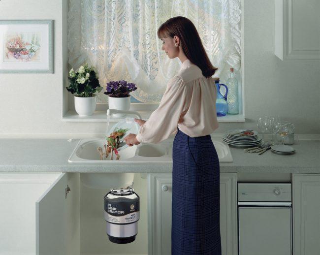 Измельчитель существенно упрощает утилизацию кухонных отходов.
