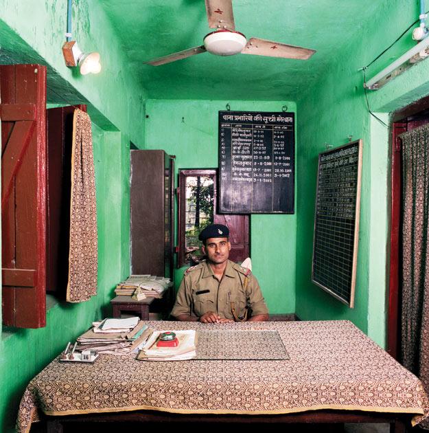 Рам Ядав хотел быть учителем истории. Но, на протяжении последних четырех лет он работает в качестве инспектора полиции в провинции Бихар, в индийском штате, граничащем с Непалом. Вынужден тратить до 5 долларов в месяц на писчие принадлежности: