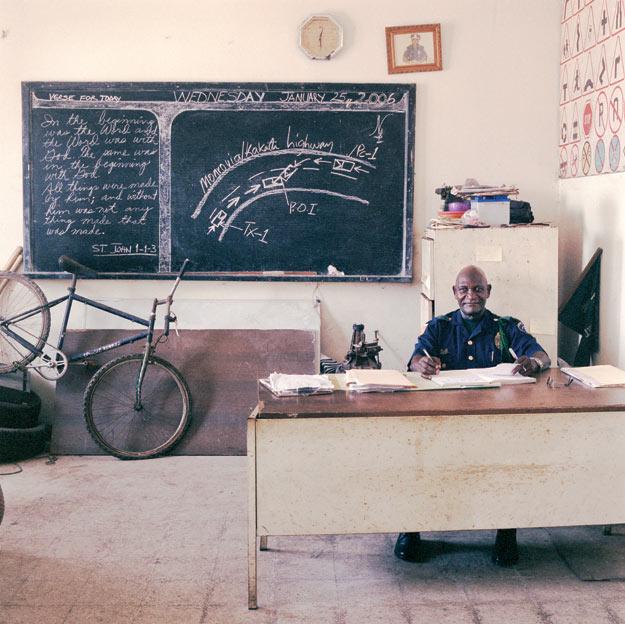 Либерийские госслужащие, чтобы выжить, вынуждены помимо прямых обязанностей торговать в своих кабинетах DVD. Чиновники в Боливии сами покупают на свой рабочий стол компьютеры. Бюрократы Третьего мира «крутятся» как могут – 20 лет назад российские либералы мечтали об этом же. Майор Адольф Даланей служит в либерийском ГАИ. Его зарплата – 20 долларов в месяц, но и ту, бывает, задерживают на полгода-год. Даланей при разборе происшествий благодарен участникам дорожного движения, если те подкинут ему 1-2 доллара, чтобы «ускорить процесс».