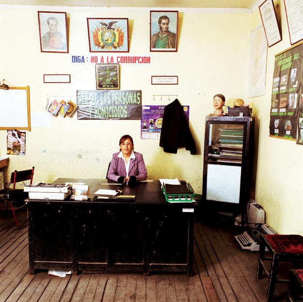 Марлен Абигахит Чоке, детектив в городке Потоси, в Боливии. Ее специализация – расследование убийств. Единственная служебная машина в участке была продана, чтобы заплатить зарплату служащим. Теперь по делам Чоке ездит на автобусе: