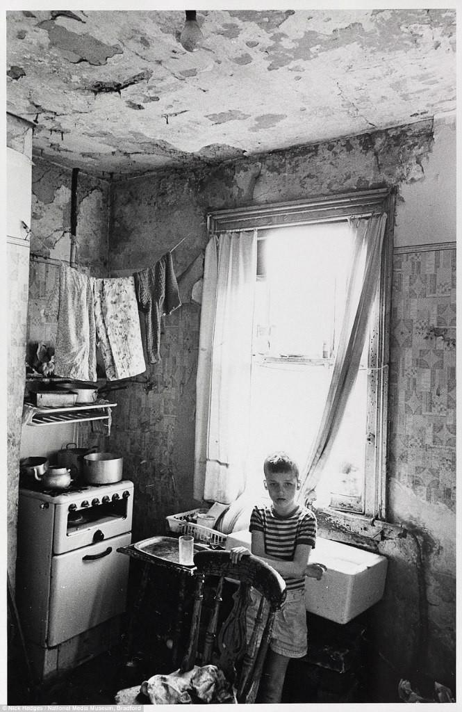 """Впечатляющие кадры фотографа Nick Hedges, который в конце 60х и начале 70х запечатлел на пленку английские трущобы. Так жил массово рабочий класс, за всякими чертами бедности. Не весь раб класс, но большая его часть. В конце 60х в таких нечеловеческих условиях жили около 3 миллионов человек, для Англии цифра огромная. Я хочу подчеркнуть, что ниже на фото представлены семьи не алкоголиков, не забулдыг, не деклассированных мигрантов, а семьи простых англичан из рабочего класса, проживающих в больших городах Англии (семьи иногда смешанные). У многих не было ни газа, ни отопления, даже стекла в окна не могли себе позволить вставить. Кстати, центральное отопление в Британии и ванные/душевые комнаты в домах и квартирах начали появляться только в конце 60х/70х. До этого жил фонд был просто не приспособлен в таким """"изыскам""""."""
