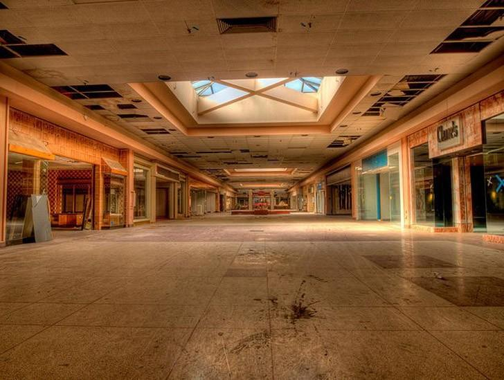 Роллинг Акрос был открыт в 1975 году и расширялся еще несколько раз. В нем было более 140 магазинов. 31 декабря 2013 года он был закрыт и брошен. Сносить дорого.