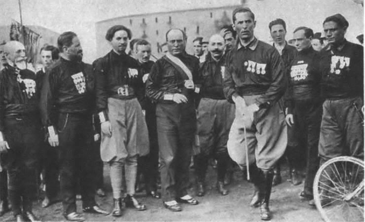 Рис. 9. Муссолини со своими сторонниками в Неаполе в октябре 1922 г., накануне «похода на Рим»