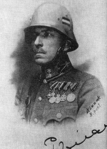 Пал Пронаи - гусарский офицер, потом фашизм, потом уголовник, осуждённый за рэкет.