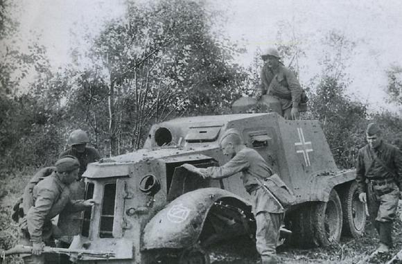 """Одна из нескольких имевшихся у немцев бронемашин типа AAC-37 испанского производства. 30 сентября, Западный фронт. Тушка по корпусу весьма похожа на наши тяжелые """"БА""""."""