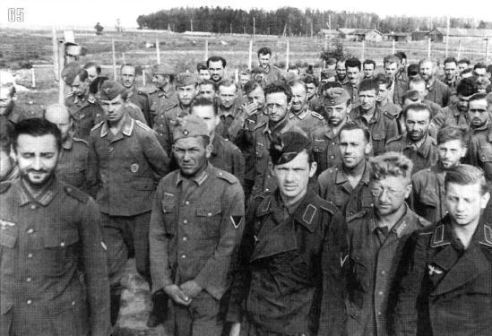 Немецкие военнопленные, захваченные под Смоленском в пересыльном лагере.