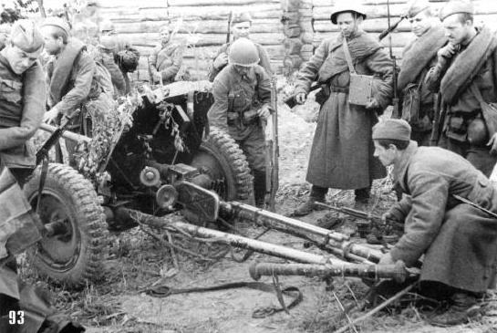 Те же места. После боев за деревню Красная Слободка советские солдаты играются с захваченной противотанковой пушкой.