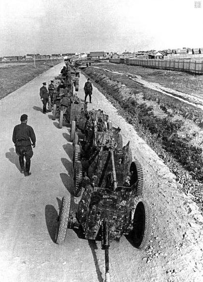 Немецкие пушки, захваченные танкистами 21-й танковой дивизии. Северо-Западное направление, июль.