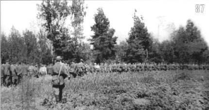 Бойцы войск НКВД конвоируют в тыл пленных, взятых в боях под Ельней. Сентябрь.