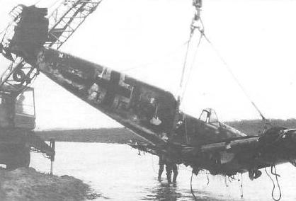 """Озеро Нессюк-Ярви, 1993 год. Подъем """"Мессера"""", сбитого советскими истребителями 17 июля 1941 года. Делалось всё это, в основном, вот на таких вот """"ишачках"""":"""