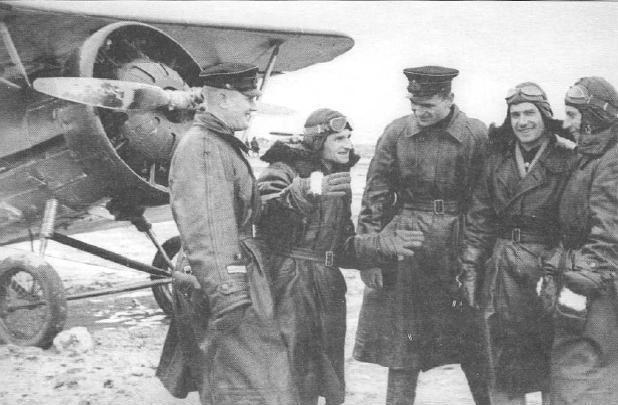 """А это 11-й истребительный авиаполк Черноморского флота. Уже осень. На заднем плане вы видите не И-153 """"Чайка"""", не И-15бис, и даже не И-15. Это И-5, к тому времени уже реликт, заря советской истребительной авиации. Когда на штурмовку их сопровождали И-16, то даже тихоходным """"ишачкам"""" приходилось сбрасывать газ. И, тем не менее, оно тоже воевало."""