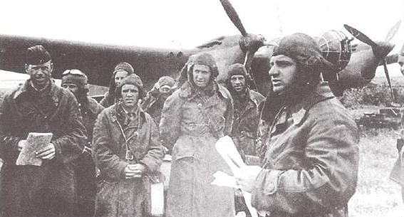 """Более солидная техника. Подпись под фото: """"Инструктаж пилотов бомбардировщиков СБ перед вылетом""""."""