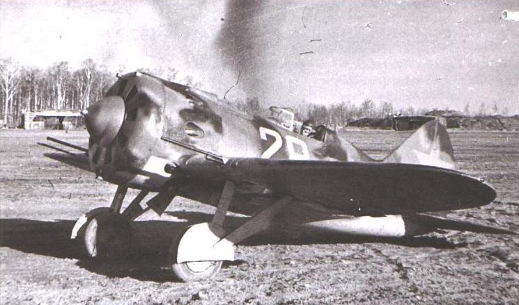 """""""Ишак"""" Васильева. Капитан ВВС ВМФ Михаил Яковлевич Васильев начал войну старлеем в 13-м истребительном авиаполку Балтийского флота. Отличился над Ханко, потом под Ленинградом и на Ладоге. В начале 1942 г его часть получила гвардейское звание и стала 4-м ГвИАП КБФ. Весной Васильев стал капитаном, к концу апреля 1942 года имел 325 боевых вылетов и 18 побед (16 – в группе); затем сбил ещё 4 самолета. 5 мая 1942 г не вернулся из боевого вылета. 14 июня 1942 года Васильеву посмертно присвоено звание Героя Советского Союза. Впрочем, что мы всё об истребителях. Страшнее всего тем летом пришлось бомбардировщикам. Потому как авиаудары немцев 22 июня, выбившие много машин, пришлись в основном на аэродромы, расположенные достаточно близко к линии фронта, на которых находились истребители. Бомберы гнездились подальше, чем тяжелее бомберы, тем дальше гнёзда, поэтому, когда подошла наша очередь наносить ответные удары, их пришлось задействовать с весьма скромным прикрытием. А иногда, по разным дополнительным причинам, и вообще без оного. И бомберы не дрогнули. Классикой жанра стало побоище в небе над Двинскими переправами. Там работали без прикрытия несколько полков ДБ-3 воздушных сил Балфлота, на которых отрывались асы из JG54. Иногда такой отрыв выходил сильно боком. В одном из номеров """"Авиамастера"""" вычитал я про товарища Игашева. Его самолет гоняли три """"мессера"""". Одного вроде бы сбили, оставшиеся два хотели доделать дело. Один из них, выходя из атаки, не рассчитал, и его на наборе высоты накрыло тушкой игашевского бомбера. Для немца это столкновение оказалось фатальным, для нашего тоже - бомбардировщик перешел в пикирование и """"врезался в гущу вражеских войск"""". Уже в 90-е экипажу присвоили звание Героев России."""