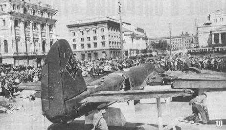 Широко извстные фото, это Ju-88, который поставили на площади Свердлова. 25 июля.