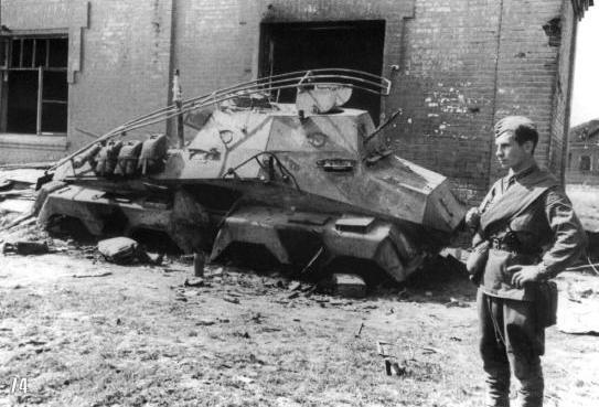 Украина, август. Командирский бронеавтомобиль типа Sd.Kfz.263 по ходу припарковали в стрёмном райончеге.