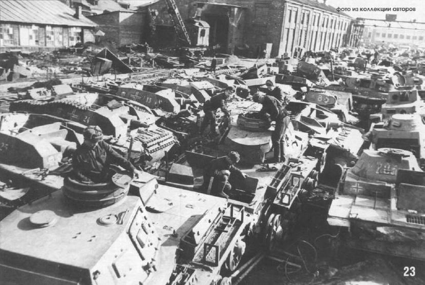 На этом фото боец Красной армии позирует в качестве часового возле едва ли не первых трофеев советской армии, захваченных в боях под Дубно, – немецкая униформа, оружие, государственный флаг Третьего Рейха, предназначавшийся, по всей видимости, для опознания своей техники с воздуха. Это Юго-Западный фронт, июнь 1941 года.