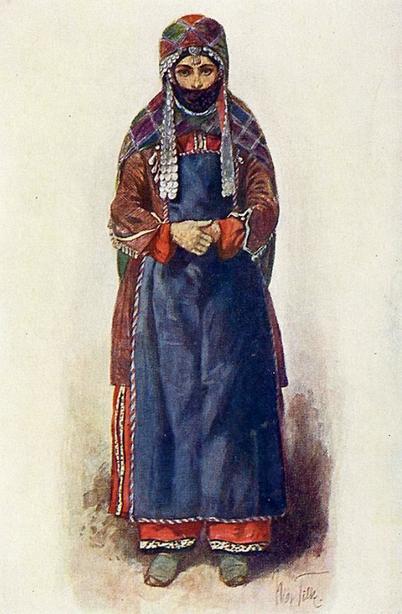 Удинка в традиционном костюме и головном уборе, закрывающем нижнюю часть лица.