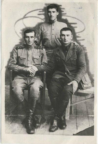 Казий Танаевич Лайпанов (стоит). Черкесск, 1943 г