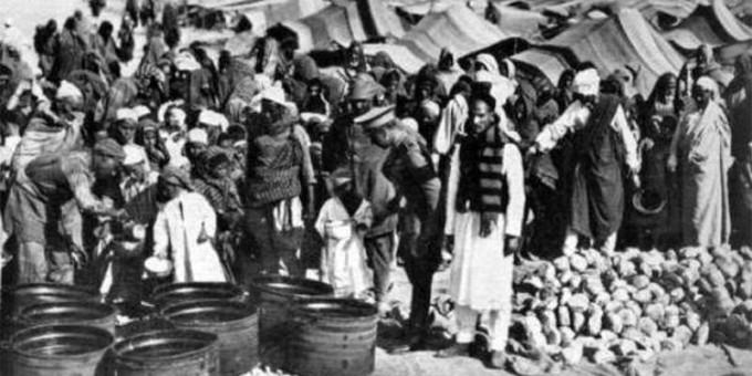 Выдача продовольствия узникам лагеря в Аль-Магруне
