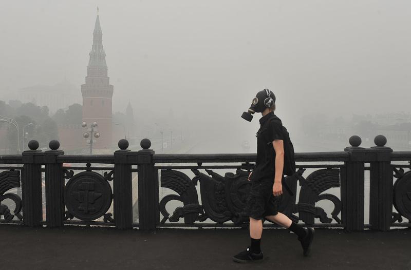 Потушить подповерхностные пожары очень трудно — в этом они похожи на торфяные пожары, чуть не задушившие европейскую часть России в 2010 году. Фото: Митя Алешковский / ИТАР-ТАСС
