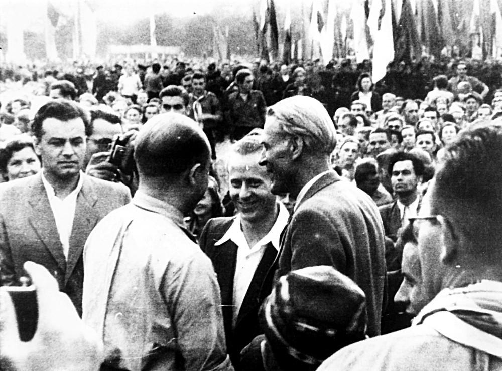 Юпп Ангенфорт (в центре) и Макс Рейман (справа) на Всемирном фестивале молодёжи и студентов в столице ГДР Берлине