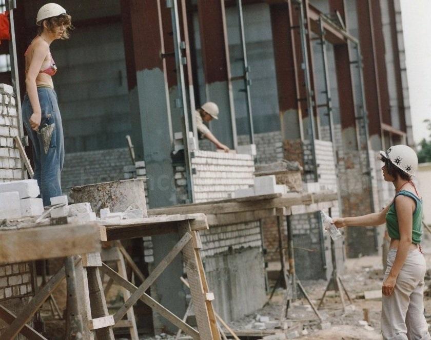 17 августа 1946 г. Советская военная администрация в Германии издала приказ о равной оплате труда мужчин, женщин и молодежи за одинаковую работу (чего не бывало доселе в немецкой истории). Что было развито в законе ГДР от 27 сентября 1950 г. о правах женщин, охране материнства и младенчества. Женщины-работники в ГДР. 198x г. Патриархальная надстройка, разрушенная социализмом, и женщины, строящие будущее.