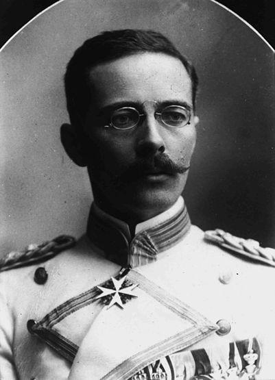 Густав Адольф фон Гётцен. Массовый убийца: при подавлении восстания маджи-маджи в 1905 г. было убито и померло от голода, в зависимости от источников, 75-120 тыс. или 200-300 тыс. африканцев, а также погибло 15 белых и 389 чёрных солдата.