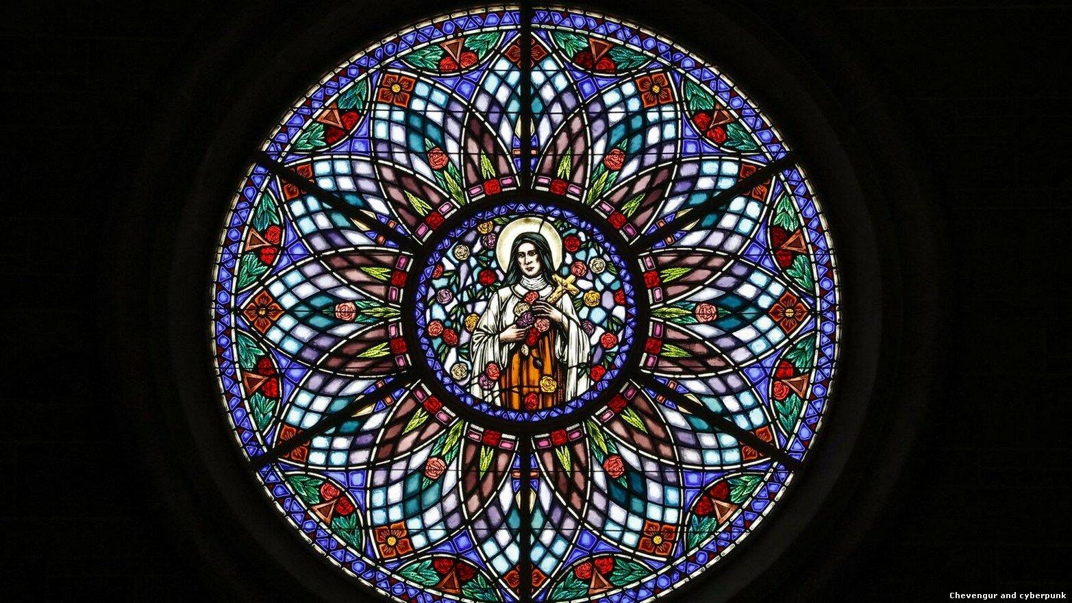 Потрясающий витраж из церкви Малых Цветов Святой Терезы, в которой служит отец Ламперт