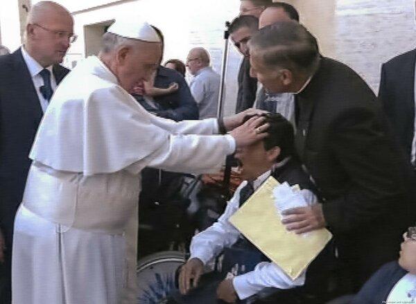 """Папа и сам не чужд; 19 мая 2013-го, Папа Франциск возлагает руки на голову молодого человека. Юноша, после доброй молитвы Франциска, тяжело задышал, содрогнулся и упал без сознания в своем инвалидном кресле; вряд ли это был экзорцизм, юноша переволновался, """"но всё же"""""""