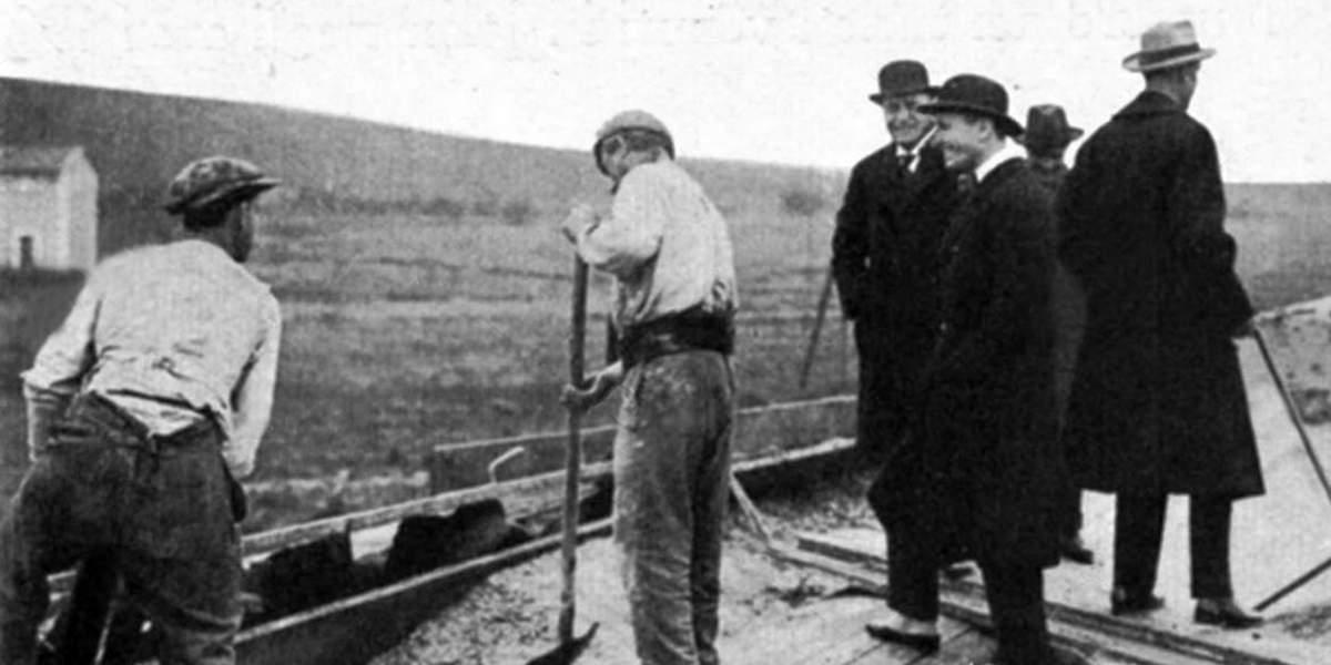Муссолини на строительстве автострады между Римом и побережьем Италии, 1928 год