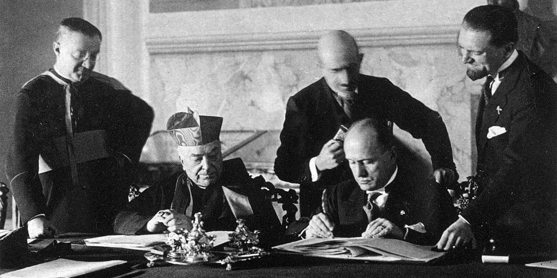 Кардинал Пьетро Гаспарри и Бенито Муссолини подписывают Латеранские соглашения, 1929