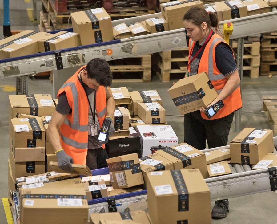 Рабочими на складах Amazon управляет автоматизированная система посредством сканеров носимых каждым работником. Она же осуществляют слежку за эффективностью работы каждого из них