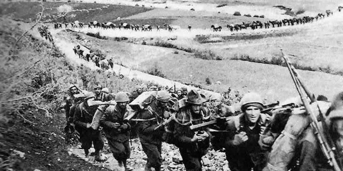 Итальянские войска маршируют в горной местности, 1940