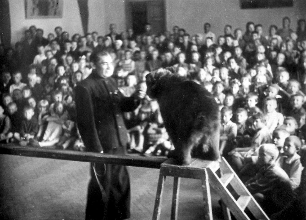 Выступление Театра зверей в детском доме, фото 1943 года.