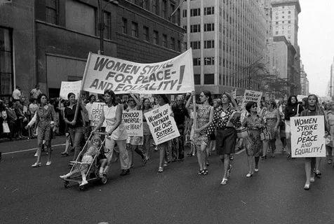Знаменитая женская стачка за равенство в США, подготовленная книгой и активностью Б.Фридман. В ВУЗах женщин тогда было 5-10%, лишь одна - Сара О'Коннор - работала помощником судьи. СССР опередил их здесь на 50 лет